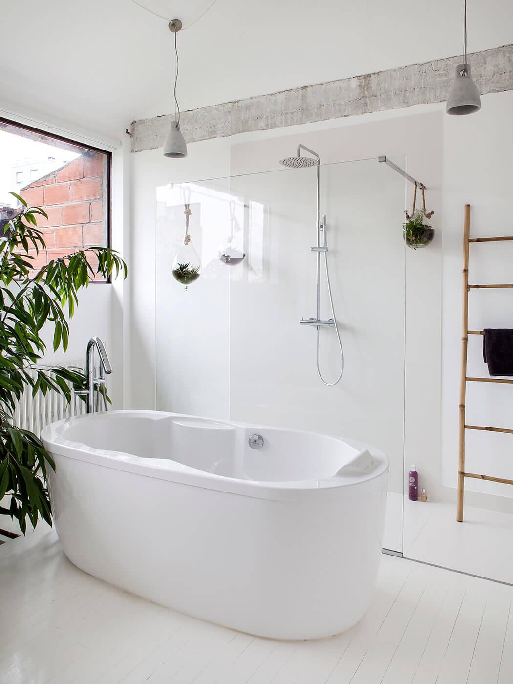 Sensation de grandeur dans cette salle de bain de luxe grâce à la paroi séparant le bain de la douche