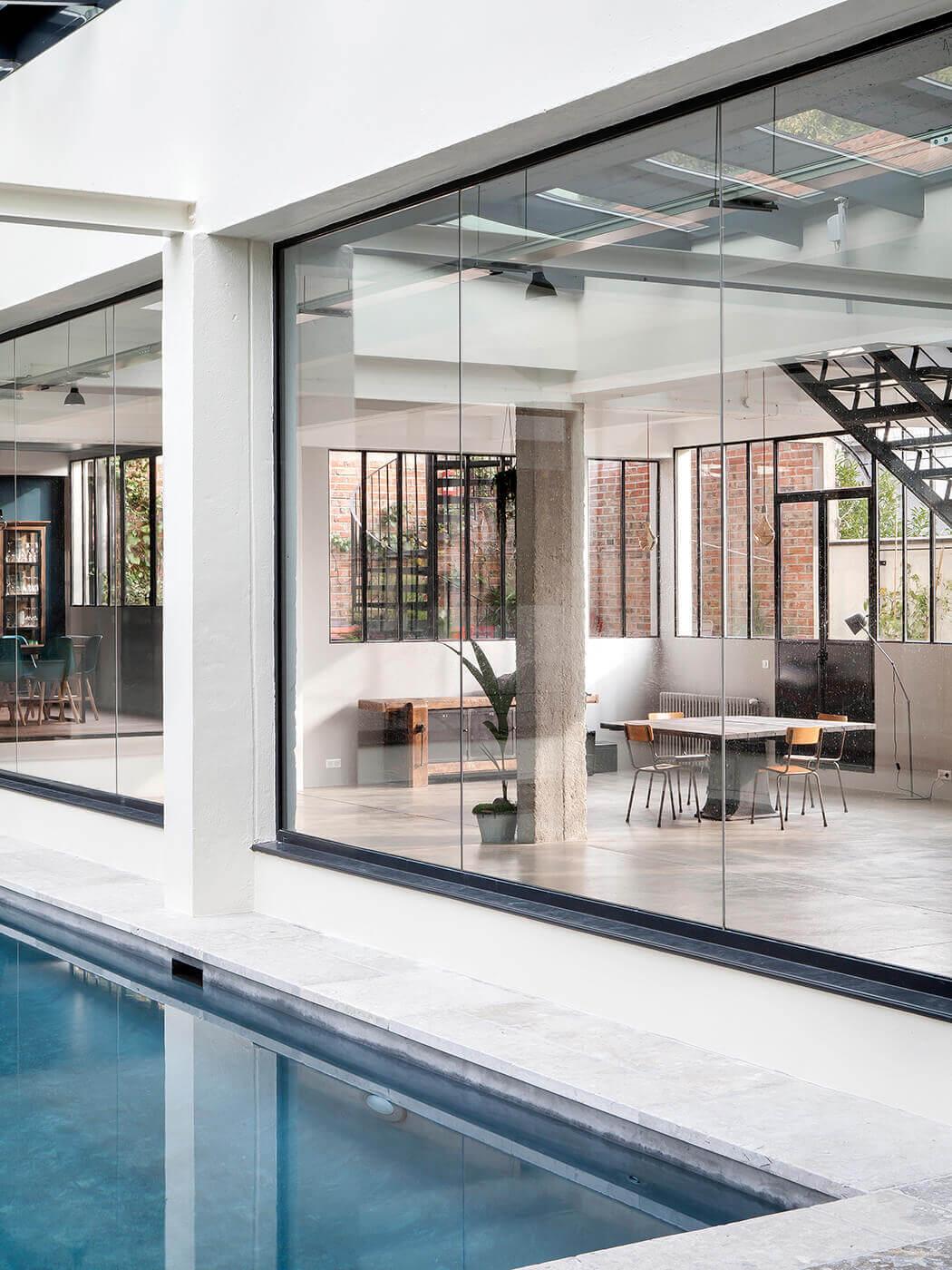 Vue sur le salon depuis la piscine de ce magnifique loft