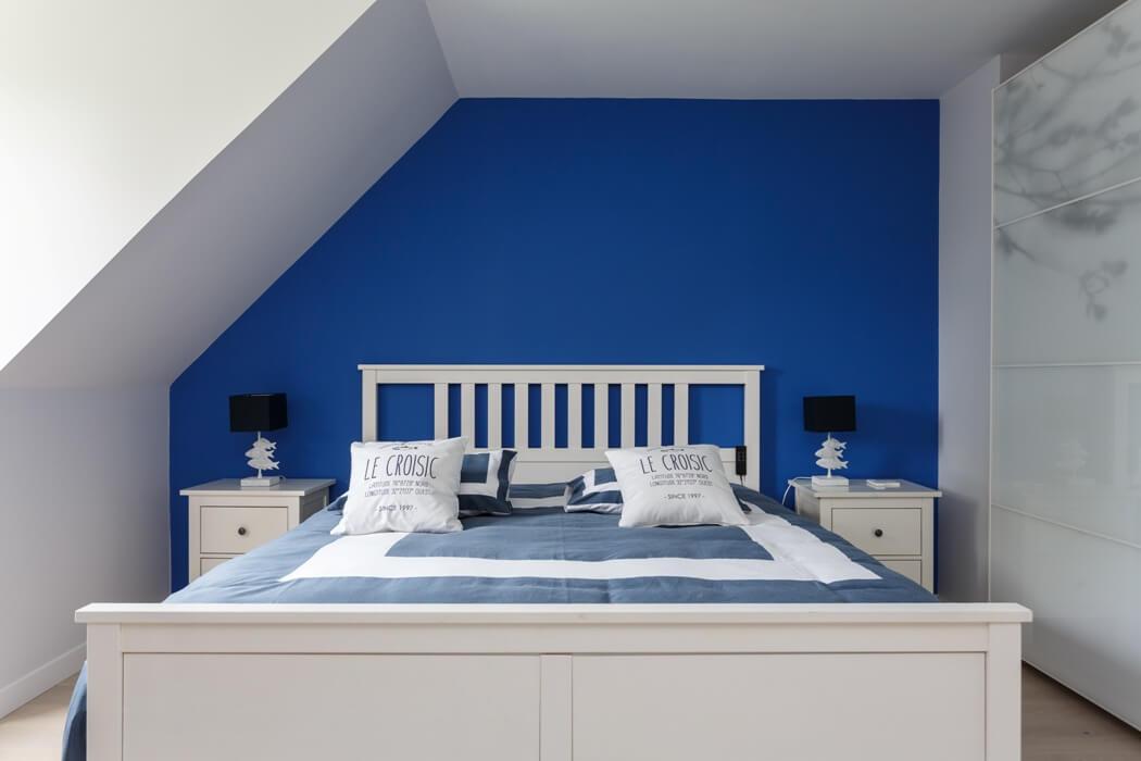 La chambre parentale, dont la peinture a été refaite dans des tons bleu indigo
