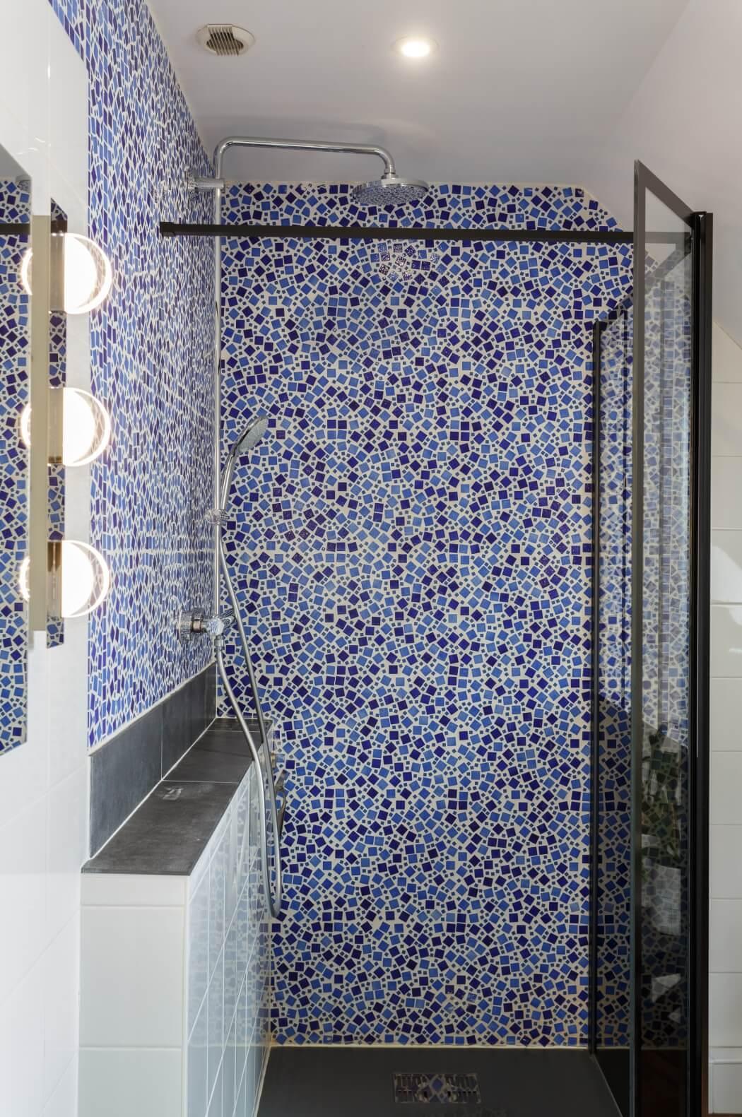 Douche à l'italienne avec carrelage mural à motifs mosaïques bleutés