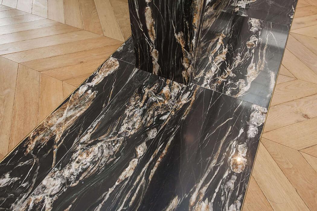 parquet en bois massif point de Hongrie parfaitement associé à du marbre noir