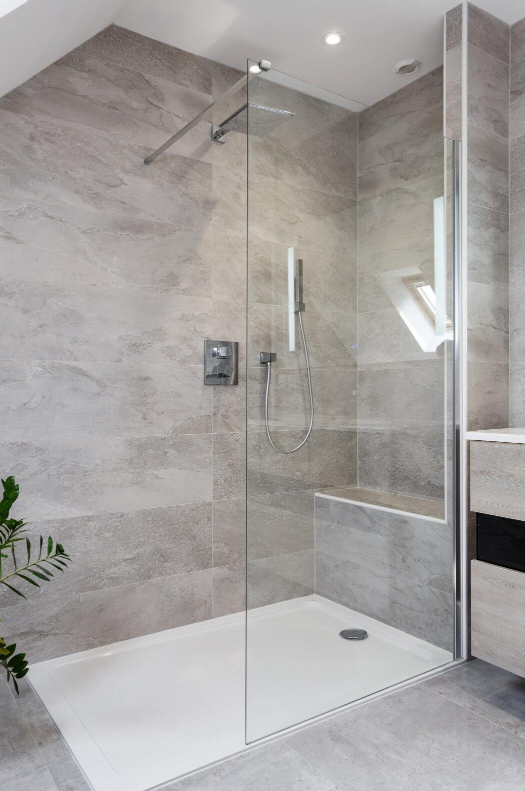 Ambiance naturelle et reposante dans cette salle de bain rénovée avec douche italienne