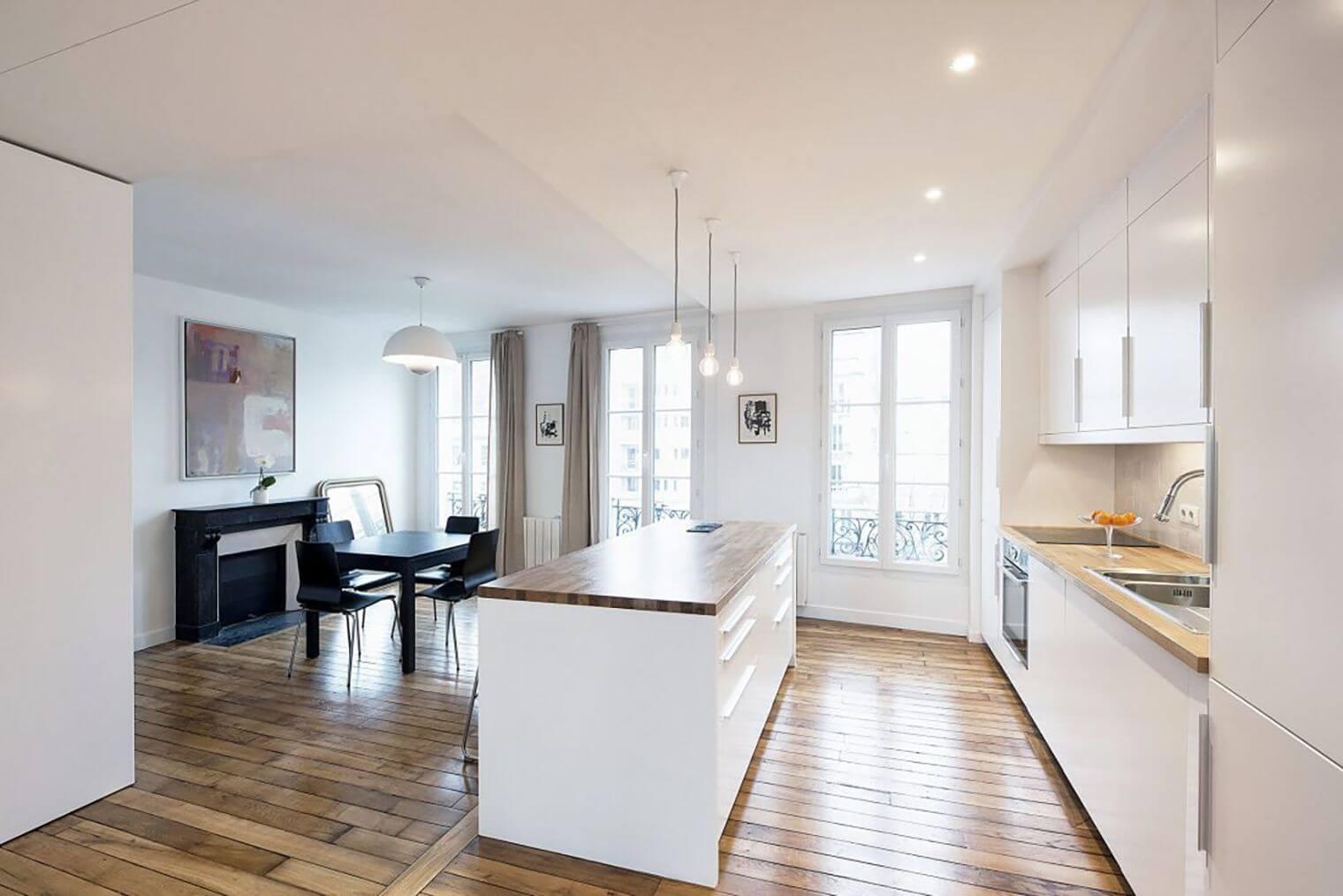 Salon et cuisine rénovés dans appartement haussmannien