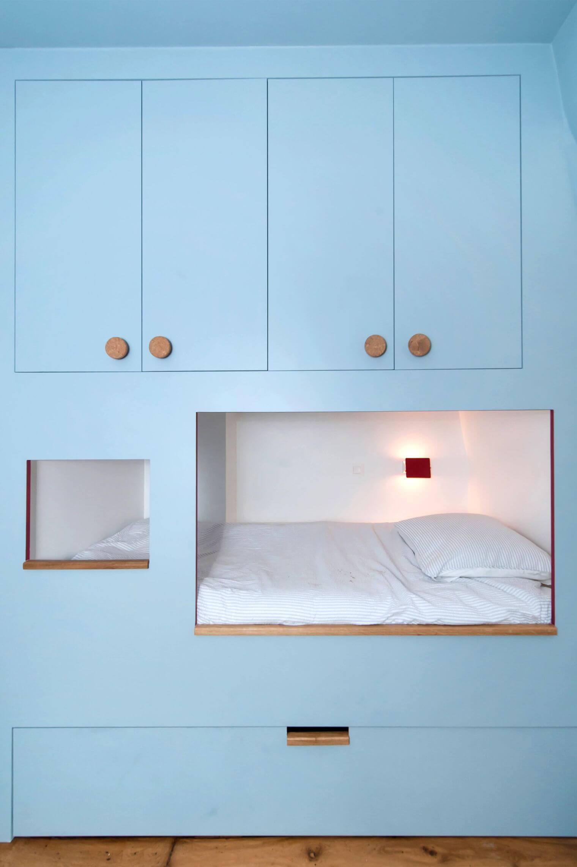 Aménagement de placards et lit dans un mur