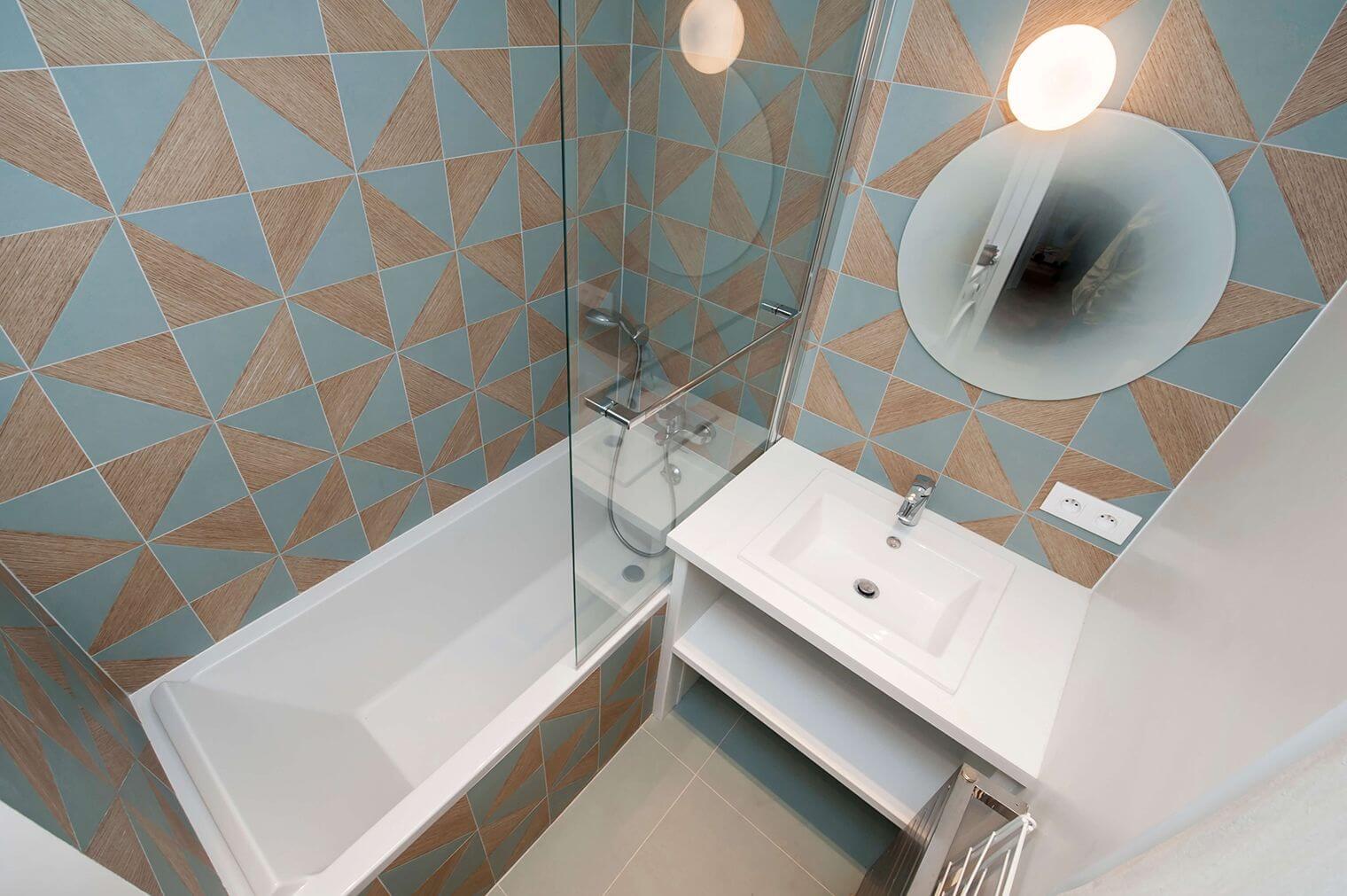 Rénovation petite salle de bain avec carrelage motifs