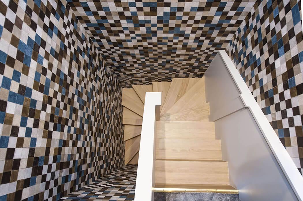 déco de luxe pour cet escalier en bois brut et ce revêtement mural audacieux
