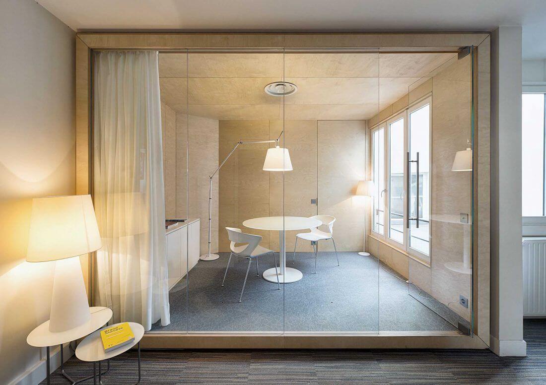 Salle de réunion vue depuis la cloison vitrée