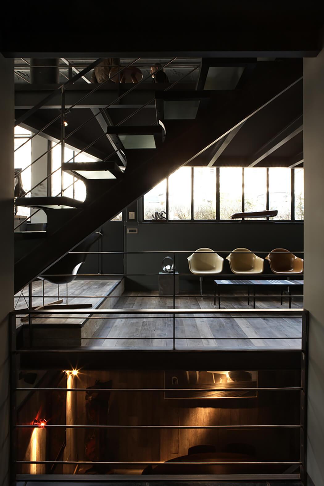installation d'un escalier et de garde-corps métalliques pour créer l'ambiance loft