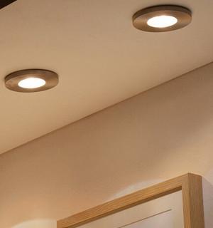 Salle-de-bains-avec-spots-encastres-au-plafond-travauxlib
