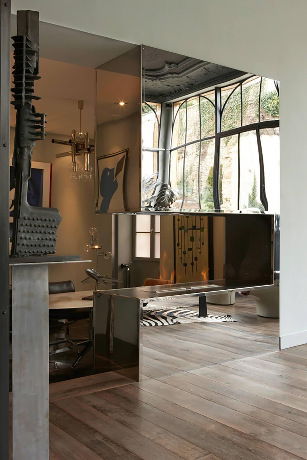 utilisation d'effets miroirs pour agrandir l'espace de ce loft luxueux