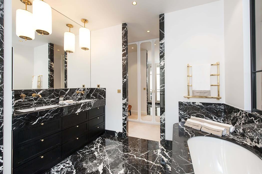 magnifique salle de bain haut de gamme en marbre d'un appartement d'exception