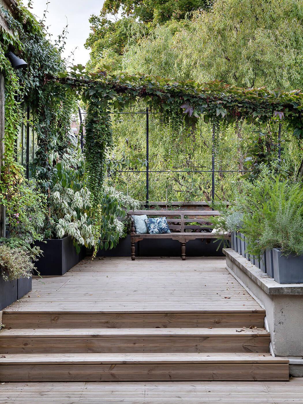 végétation luxuriante sur la terrasse de ce loft aménagé au sein d'une vieille usine