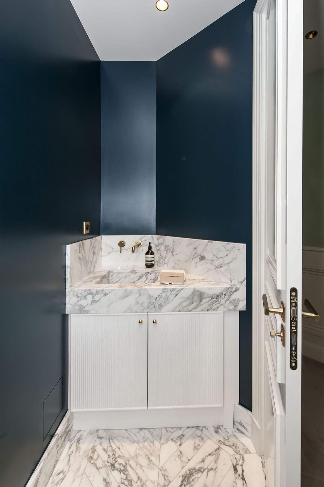 lavabo et meuble sous vasque sur-mesure, peinture sombre pour un effet luxe garanti