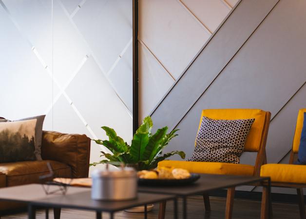 appartement fauteuil moutarde renovation financement