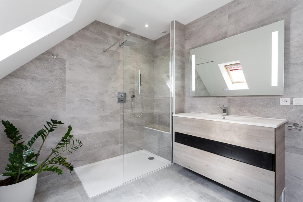 Rénovation de salle de bain avec douche à l'italienne et meuble sous vasque en bois gris