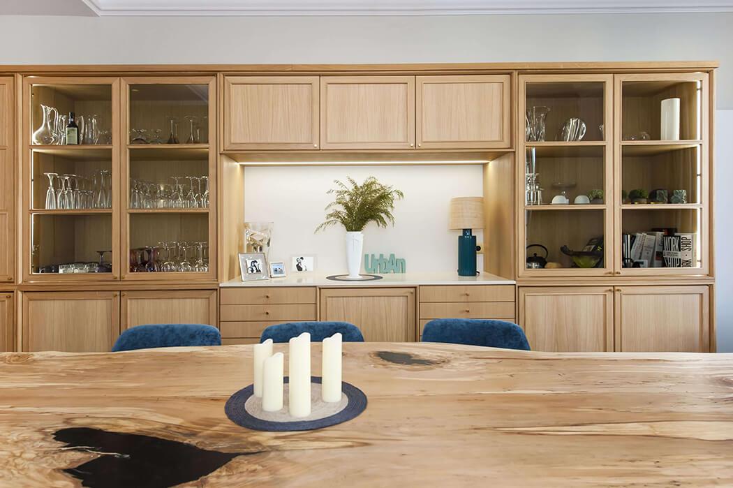 décoration naturelle pour cette salle à manger haut de gamme avec table en bois taillée dans un tronc et mobilier sur-mesure