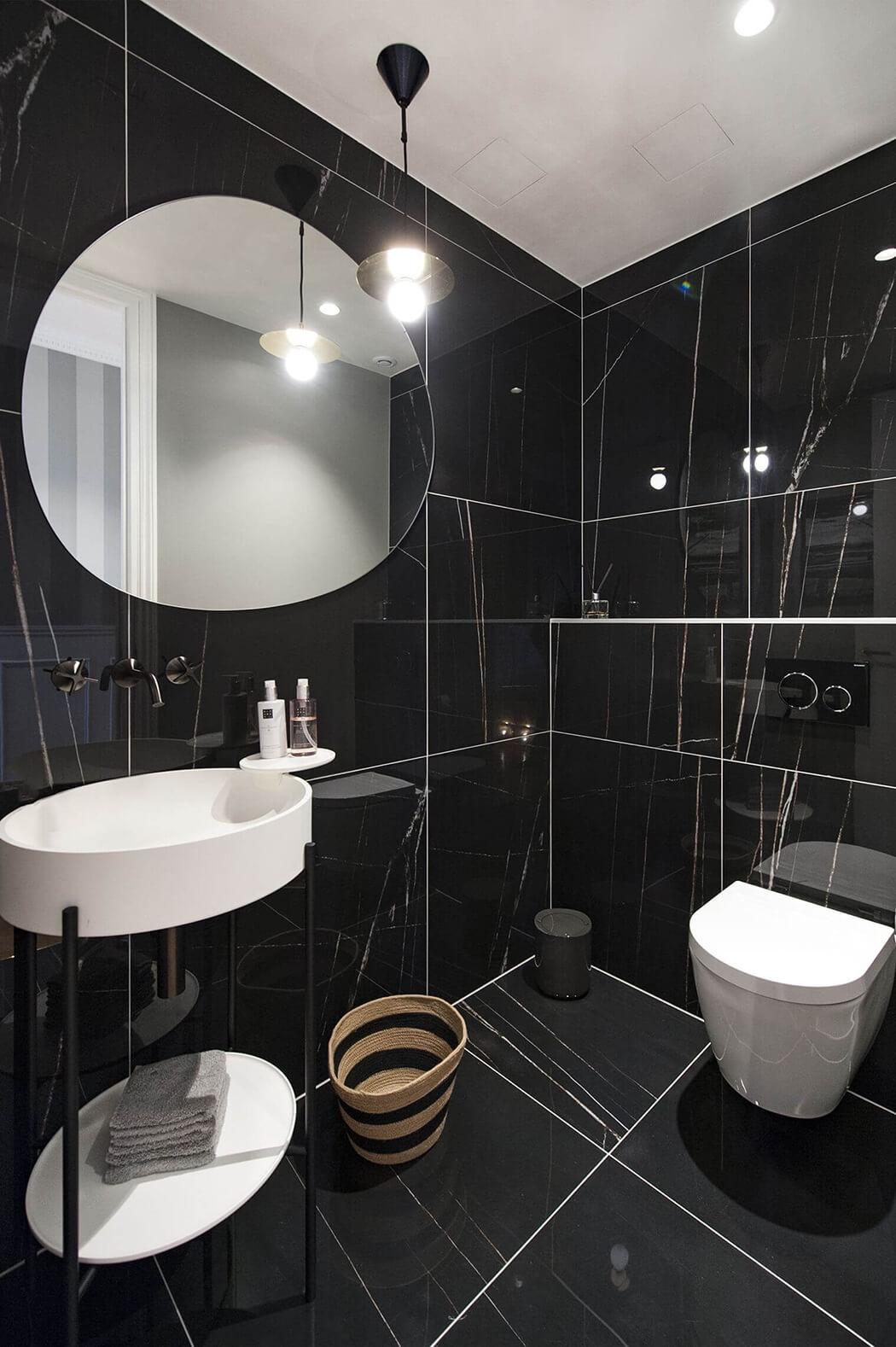 salle de bain en marbre dans un appartement parisien luxueux