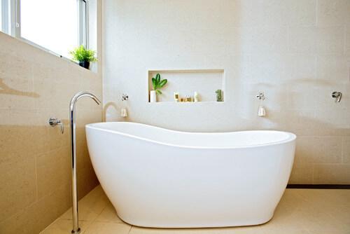 renovation salle de bain baignoire ilot  epuree