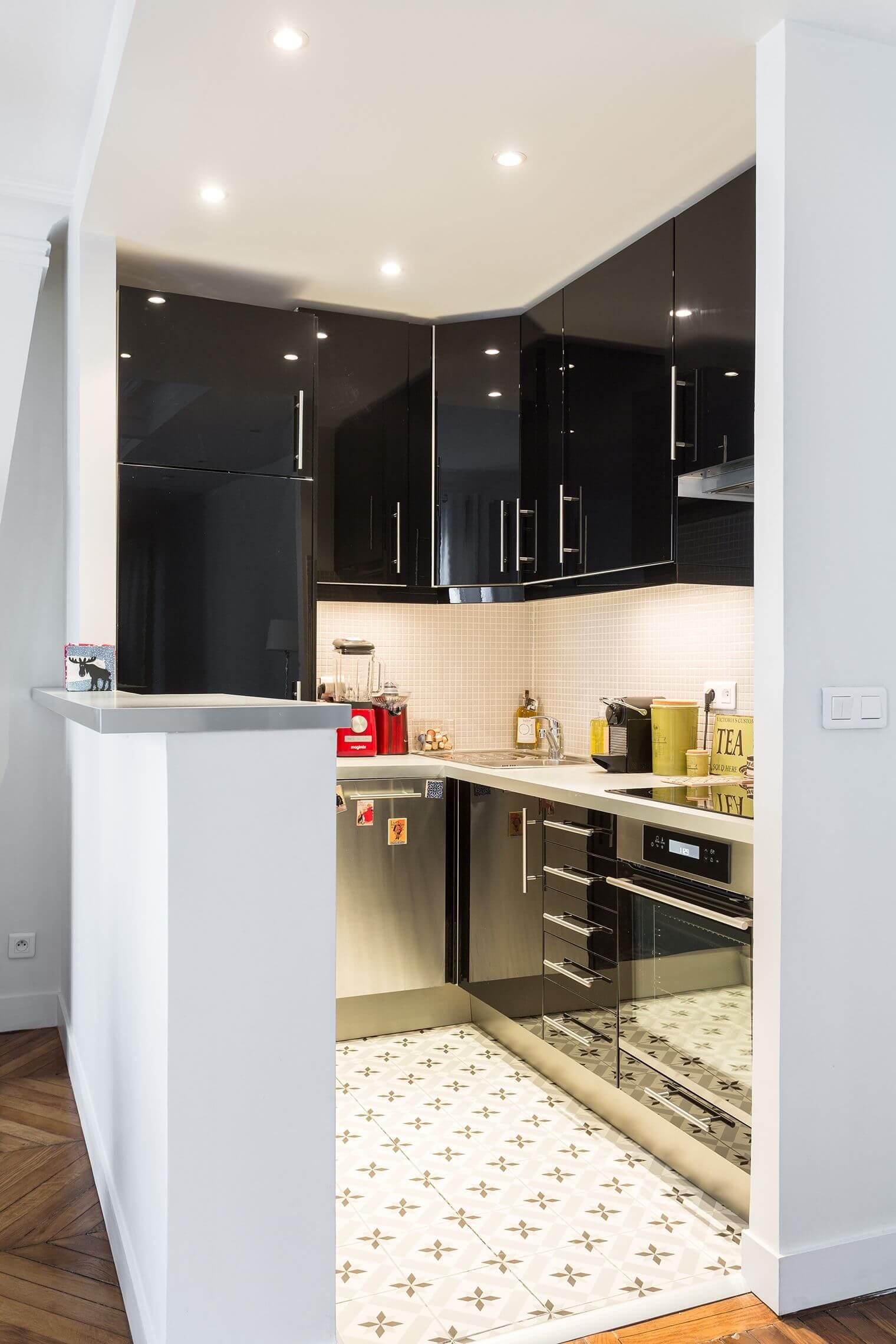 Petite cuisine moderne ouverte sur salon haussmannien