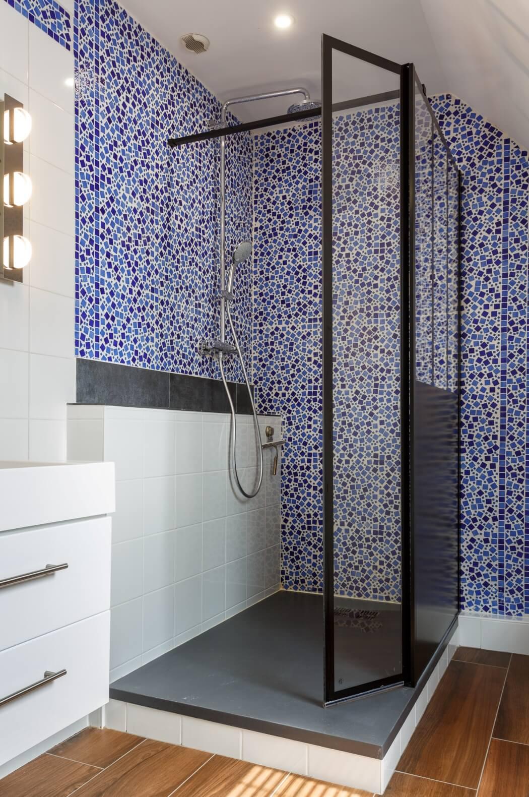 Douche à l'italienne moderne avec des parois de style verrière