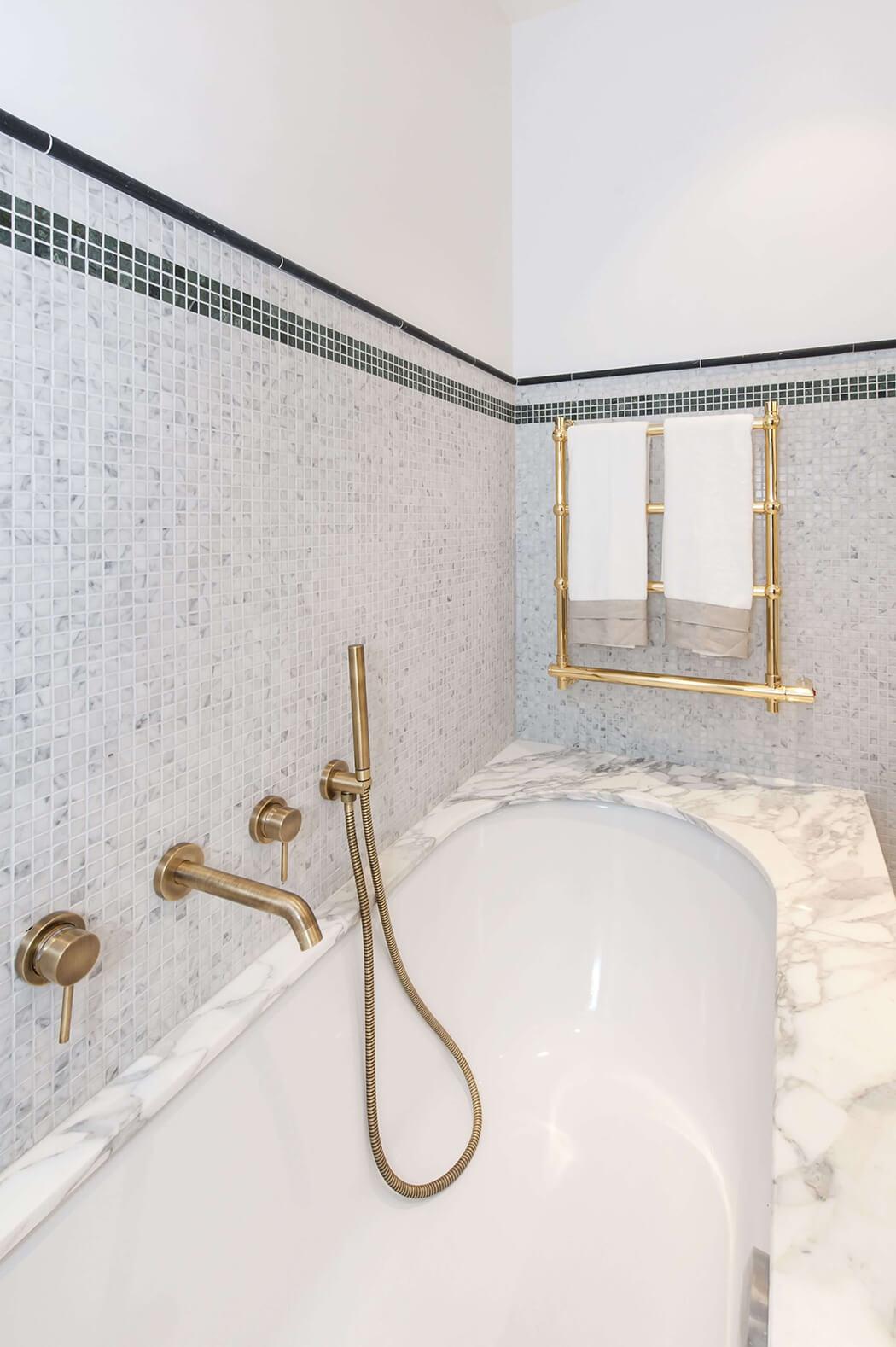 admirez les détails de la mosaïque qui habille le pourtour de cette baignoire en marbre
