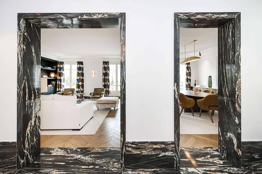 vue sur le salon et la salle à manger cosy de cet appartement rénové façon luxe