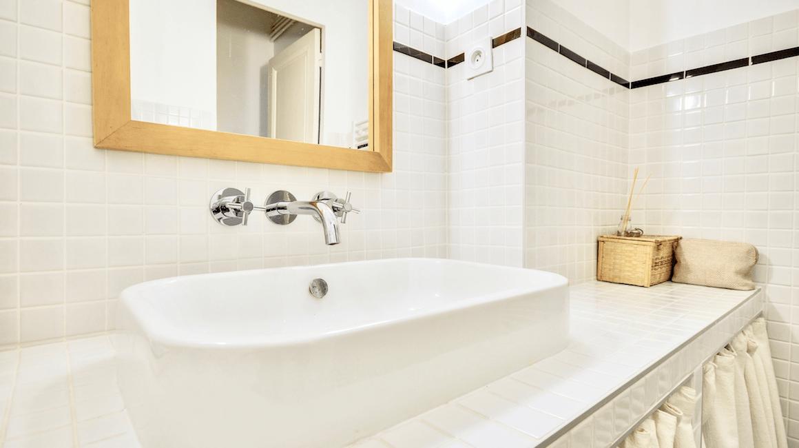 salle de bain carrelage blanc vasque rectangle