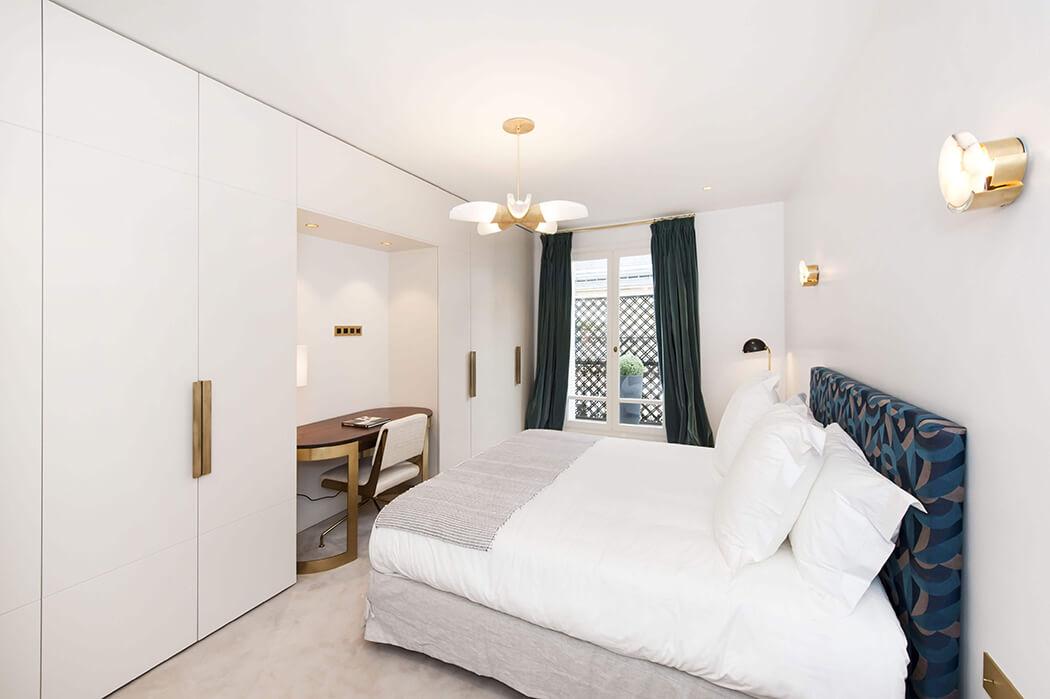 chambre parentale à la déco raffinée avec dressing sur-mesure, tête de lit personnalisée et lampes design