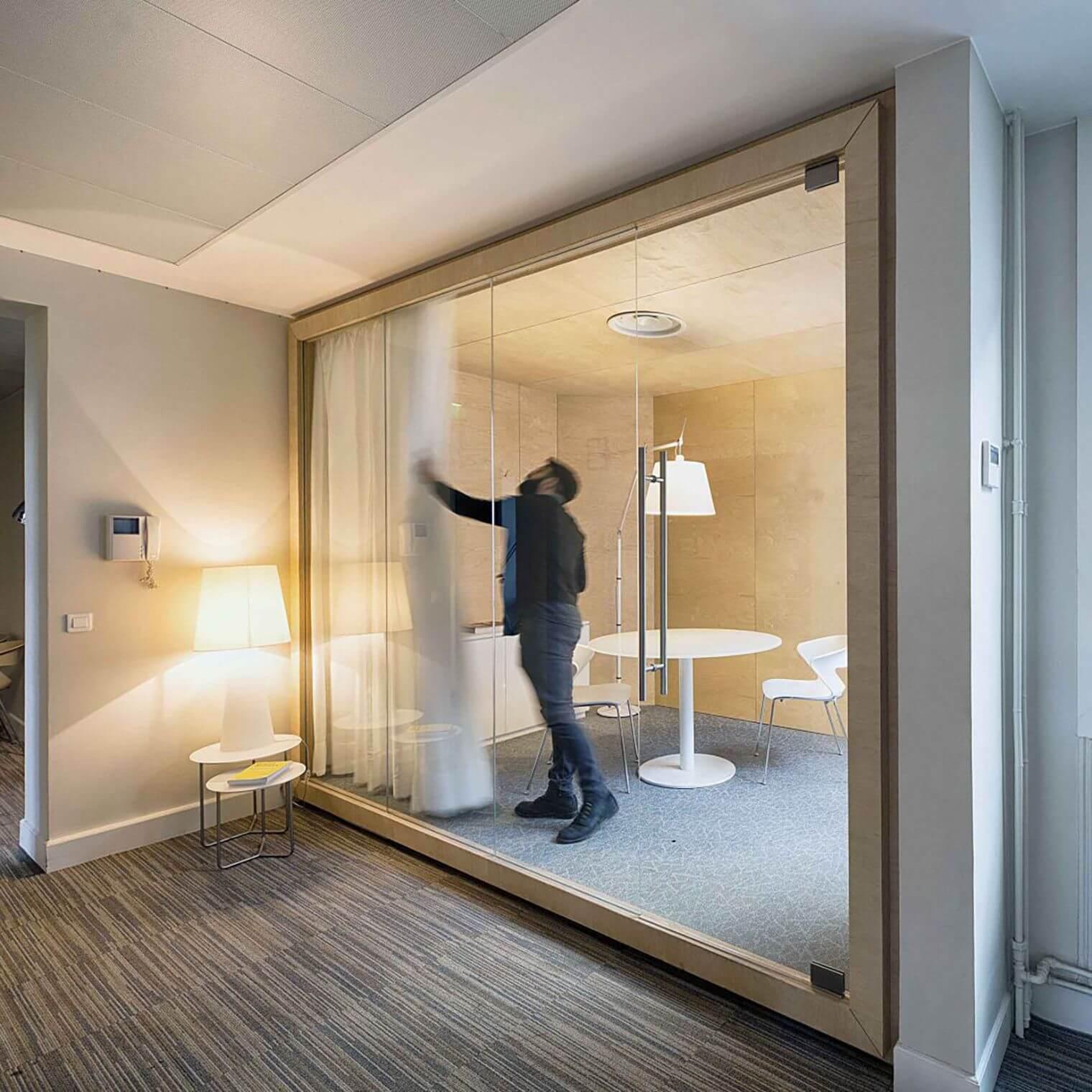 Installation paroi vitrée salle de réunion cosy