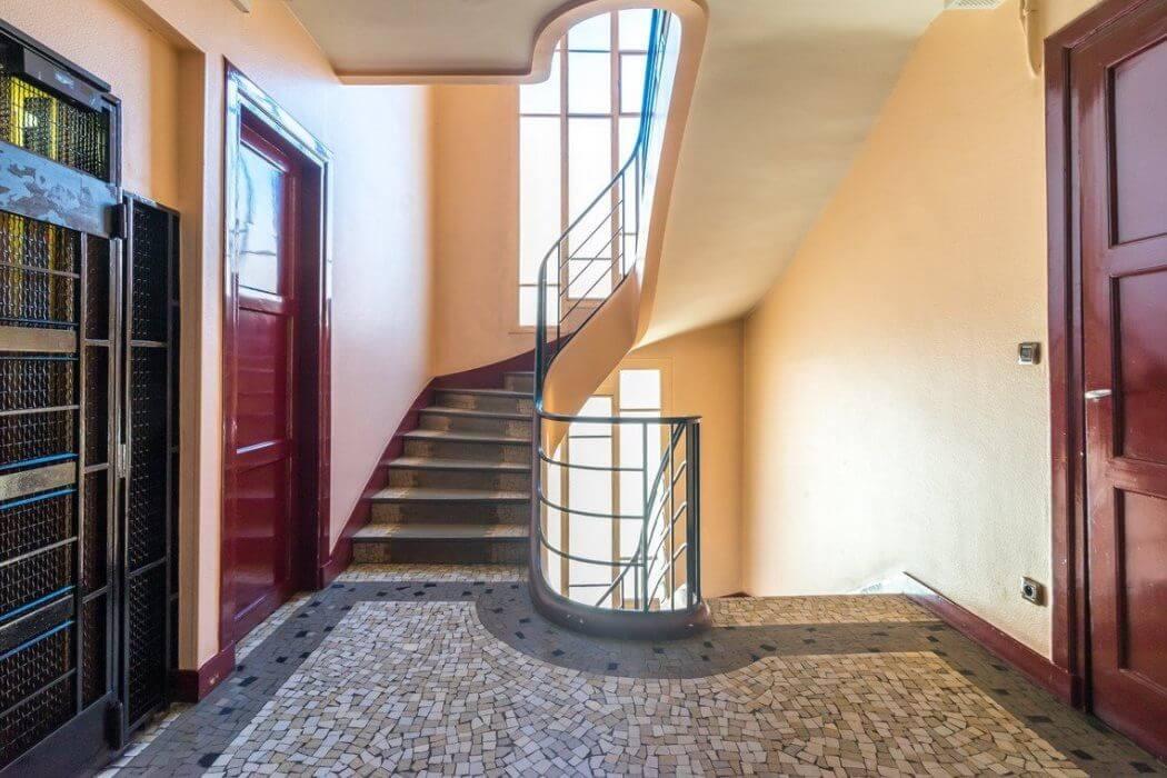Escalier d'un immeuble des années 1920
