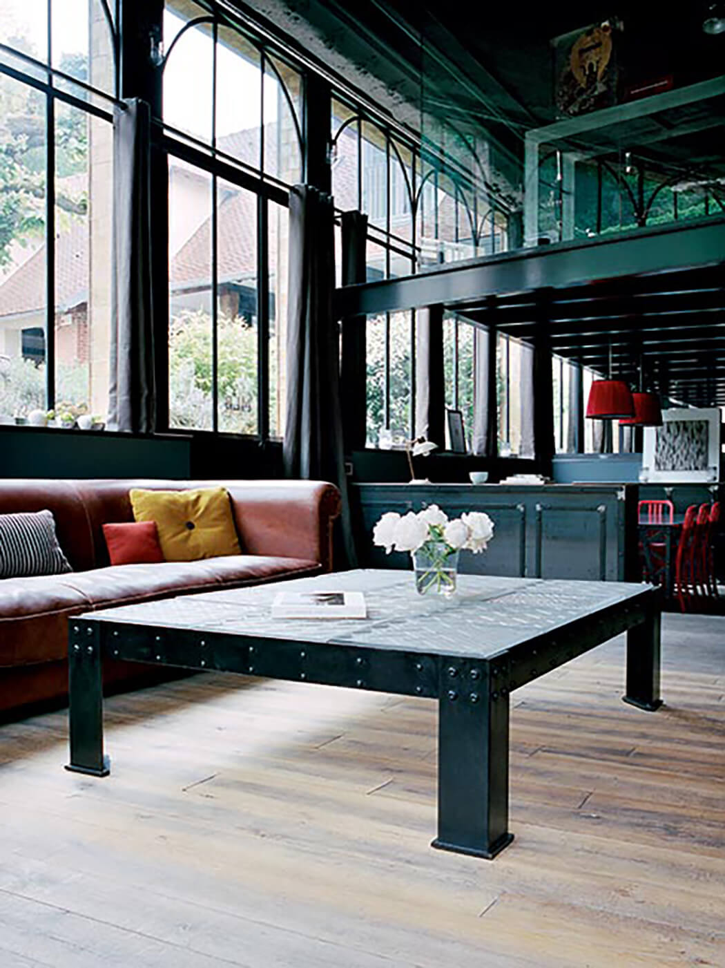 décoration haut de gamme avec des meubles métalliques rappelant l'acier dans lequel est conçu la mezzanine