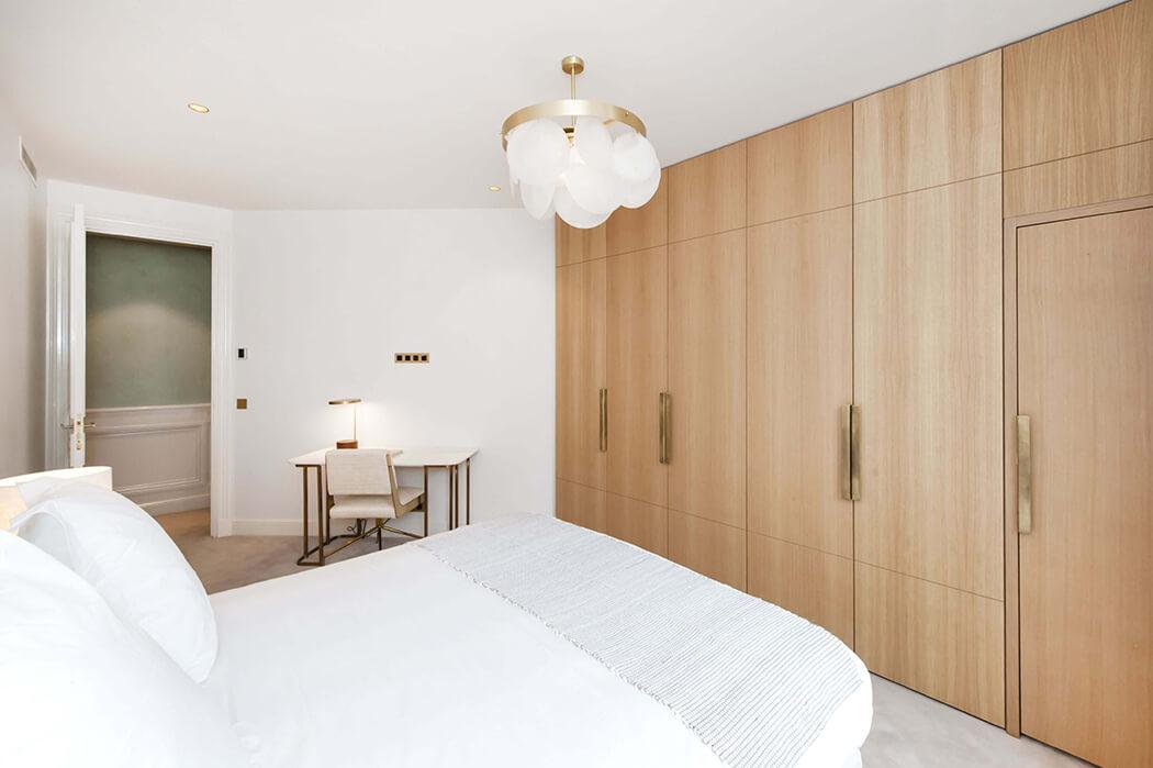chambre parentale luxueuse avec un superbe dressing en bois sur-mesure
