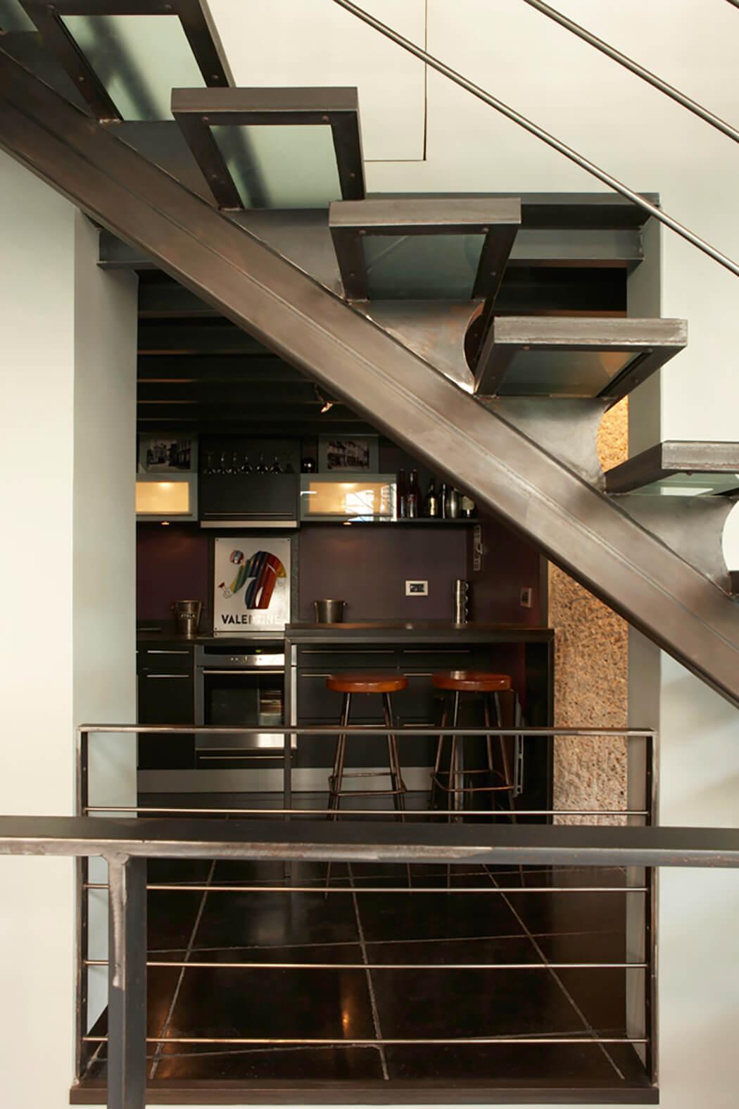 Vue sur la cuisine design de ce loft aménagé en show-room