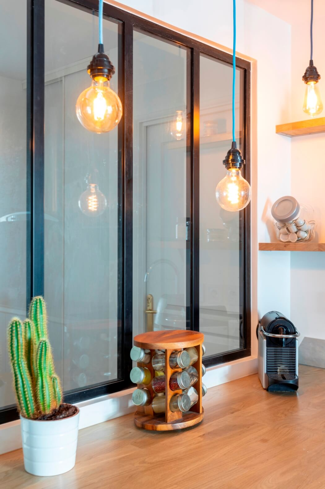 Rénovation d'une cuisine avec verrière d'atelier et ampoules déco vintage