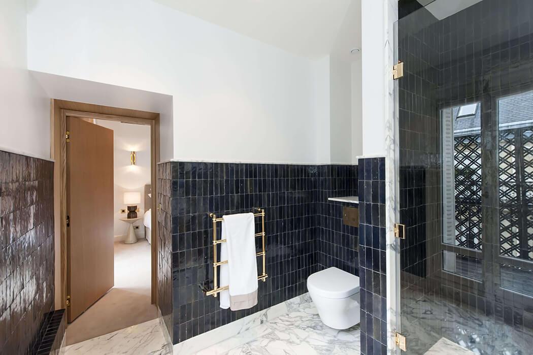 Faïence et marbre dans cette salle de bain au style contemporain