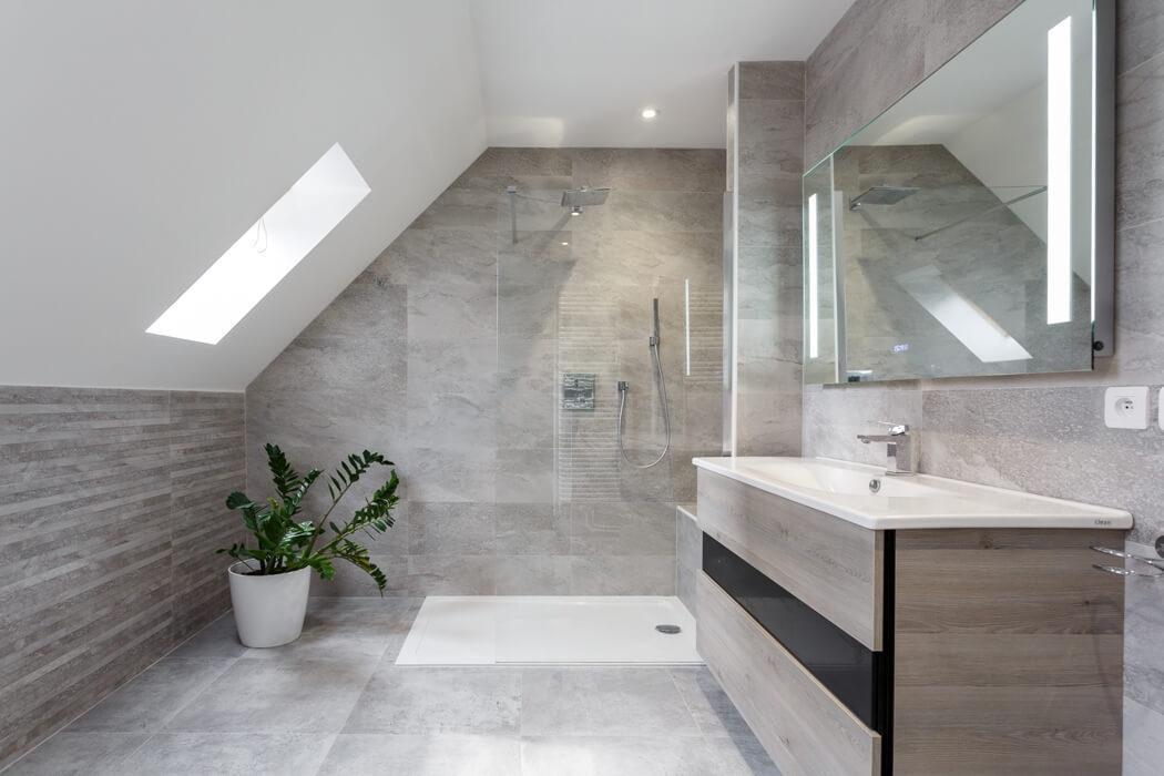 Salle de bain naturelle et reposante avec douche à l'italienne et meuble sous vasque en bois gris