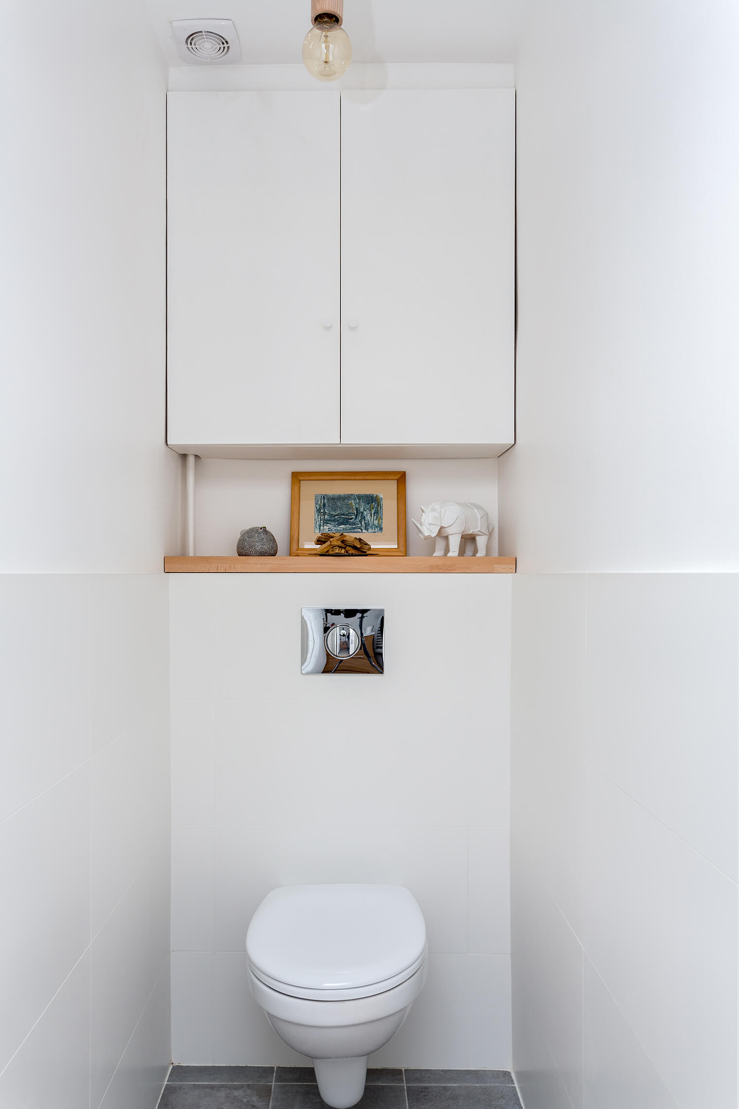 Rénovation WC moderne avec meubles intégrés