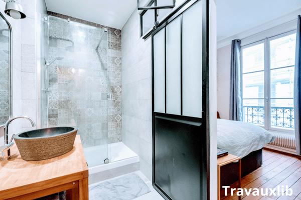 renovation salle de bain dans chambre avec verriere atelier