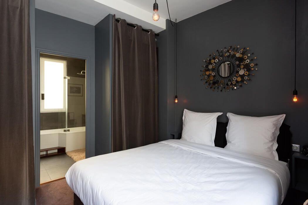 Chambre rénovée avec salle de bain attenante - peinture gris anthracite